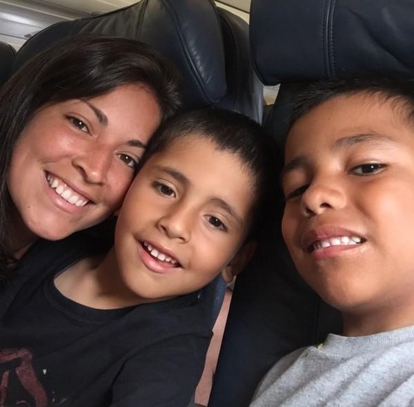 mama e hijos en el avion