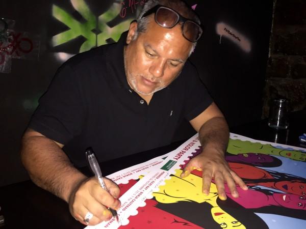 Cherman Quino autografiando mi poster :)